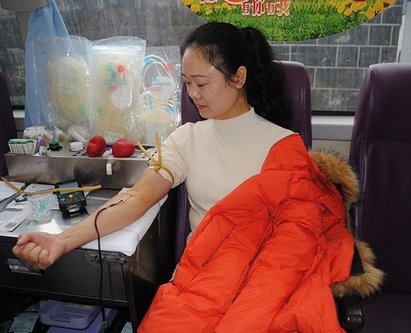 坚持十年,五次无偿献血献爱心 记18新利app苹果版公司库房女工吴芸