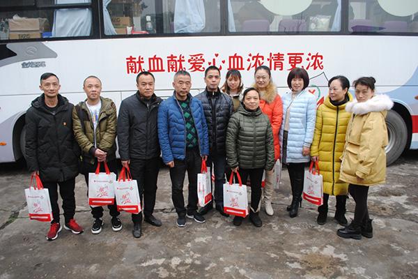 弘扬中华民族友爱的人道主义精神 18新利app苹果版公司员工奉献爱心 积极参加无偿献血活动